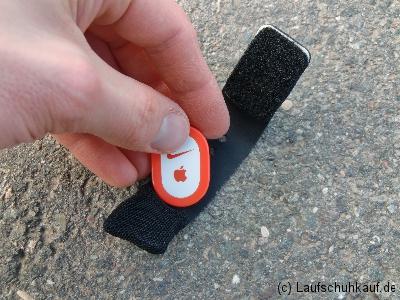 Nike+ Sensor in Schuhtasche einlegen Schritt 1